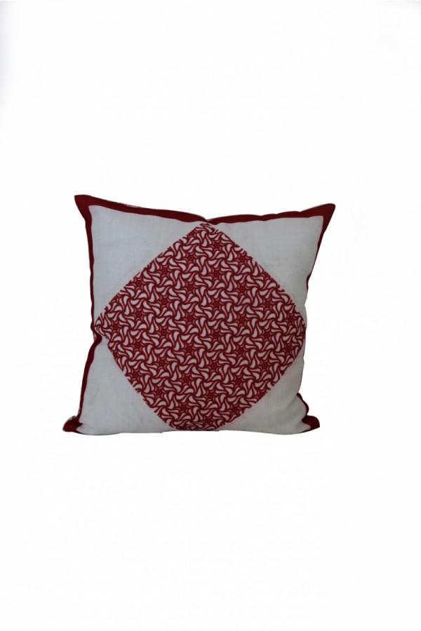 Kırmızı Desenli Yastık